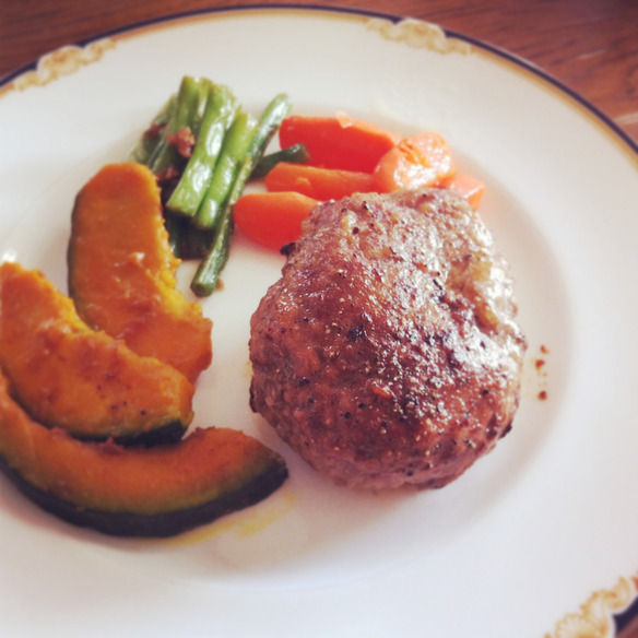 牛肉100%のハンバーグ(サラダ、ライス付)