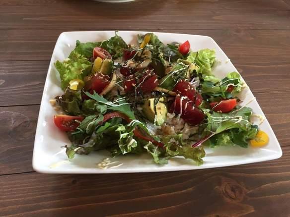 アボカドとマグロのアヒポキ丼 ☆食前、食後に2種類のドリンクが選べます。