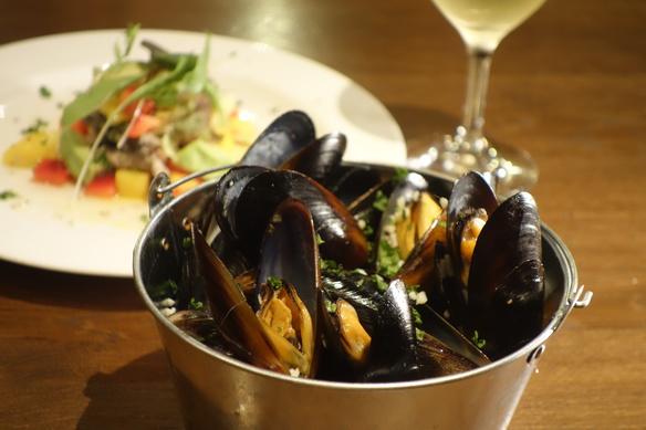 バケツdeムール貝の白ワイン蒸し ガーリックバターの誘惑