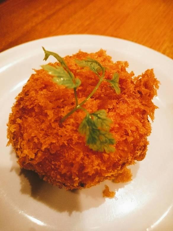 モッツァレラチーズを入れた男爵コロッケ わさびマヨネーズソースで 1P(Mozzarella Cheese Croquette with a Wasabi Mayonnaise Sauce)