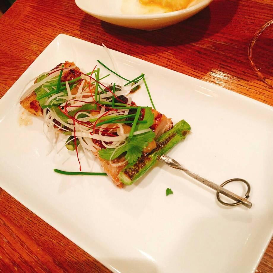 アジアンポークとアスパラガスの串焼き スパイシー味噌バターソース (金賞受賞作品) 1P (Charcoal Grileed Skewered Asian Pork with Spicy Miso Butter Sauce)