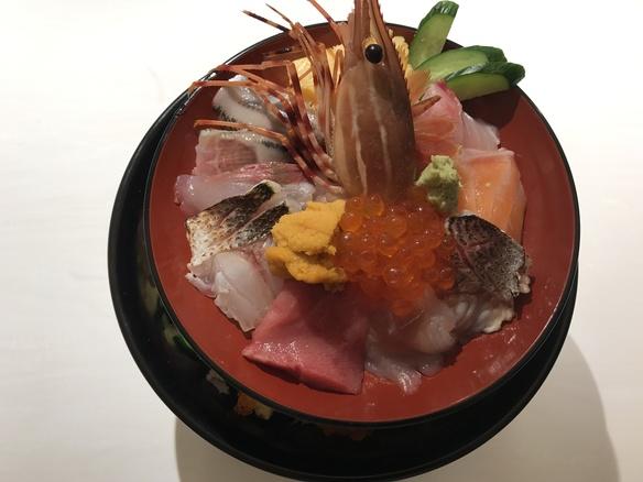 2段重ねの特選海鮮丼