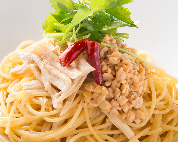 蒸し鶏と納豆・三つ葉のペペロンチーノ