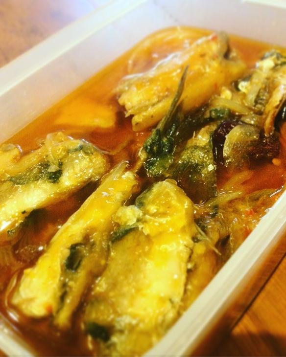 釧路産イワシのタマリンドーとトマトの煮込み