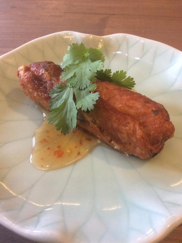 鶏皮で包んだタイ式餃子(ピークカイヤッサイ)