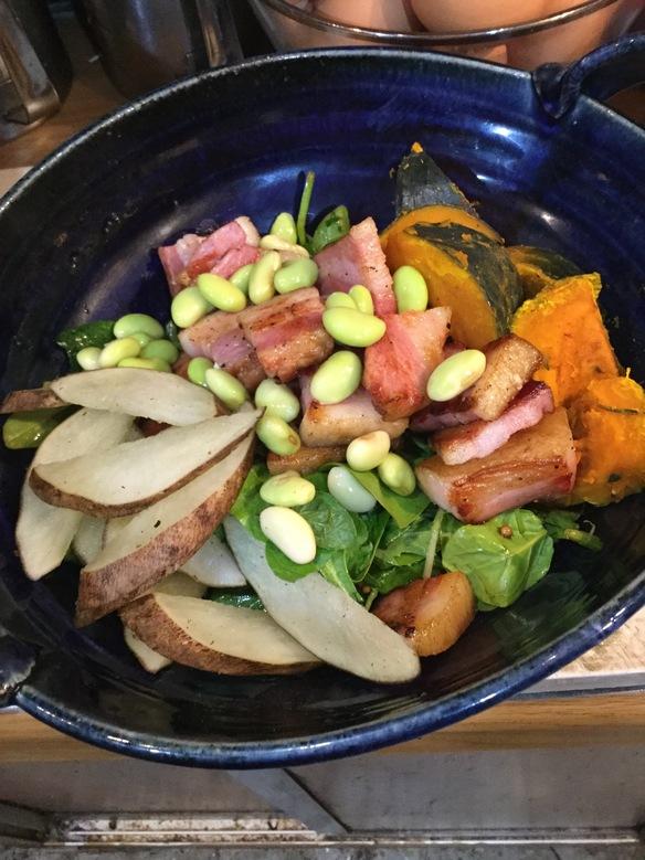季節の野菜と伝説ベーコン、山形秘伝豆のとんぶりシーザーサラダ