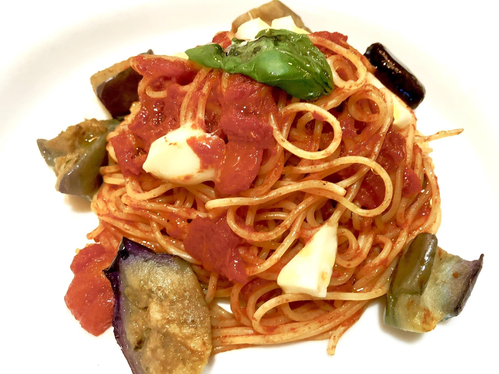 スパゲッティ茄子とモッツァレラのトマトソース
