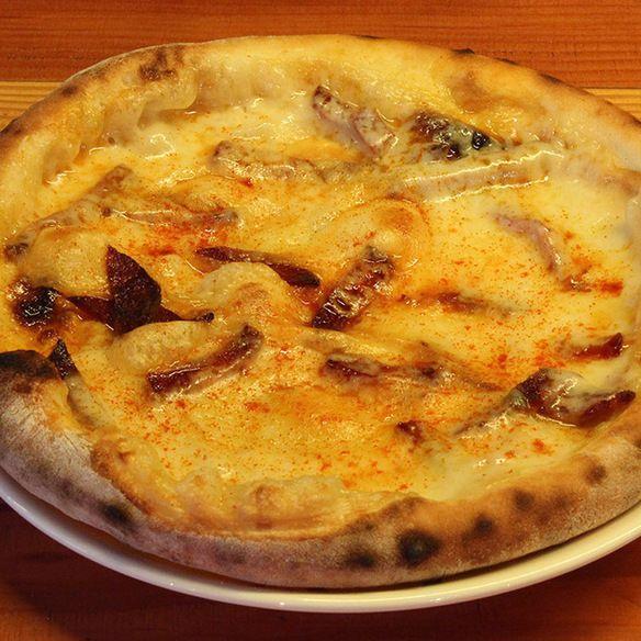 燻製スカモルツァチーズとイベリコチョリソのピッツァ