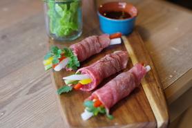 A5和牛もも炙りの薄切りとパクチー、野菜の生春巻き風