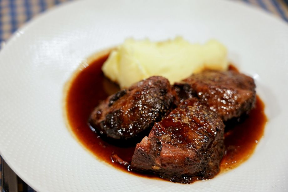名物 牛ホホ肉の赤ワイン煮込み