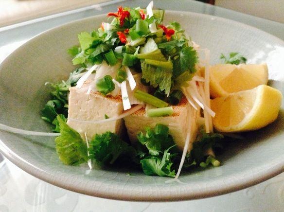 焼き豆腐とパクチーのサラダ