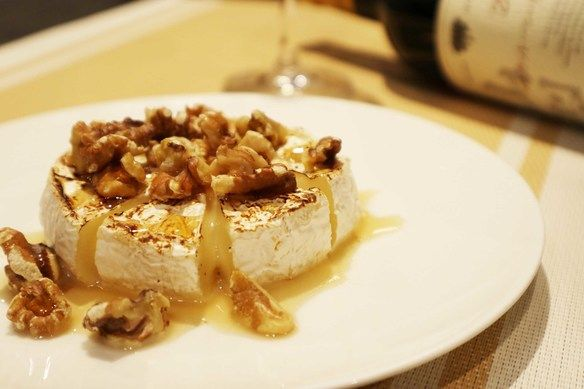 丸ごとカマンベールチーズのメープルシロップがけ
