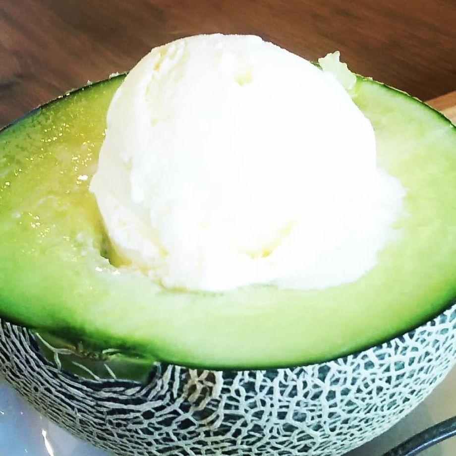贅沢☆メロン半玉のバニラアイスクリームのせ