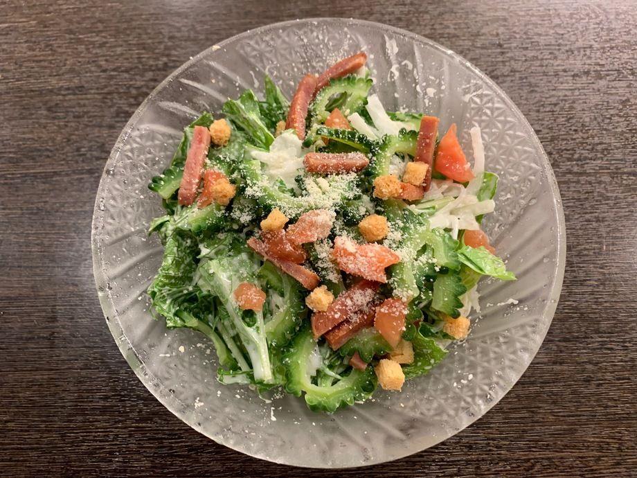 DXコース季節のサラダ『ゴーヤとスパムのシーザーサラダ』(単品780円)