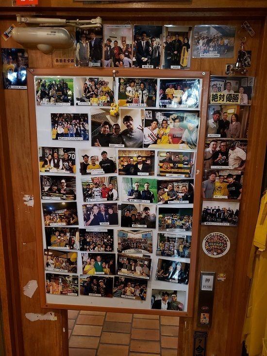 店内のドアには写真がいっぱい