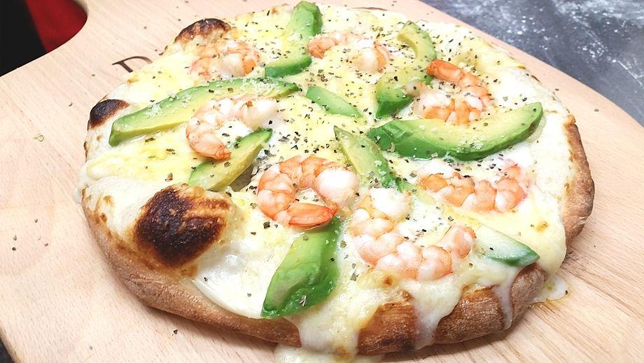 ★③石窯ピザ・エビとアボカドのクリームソースピザ。 [女子に人気の一品です。]