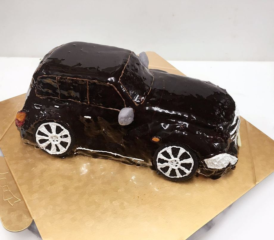 立体車のデコレーションケーキ 7.5号サイズ