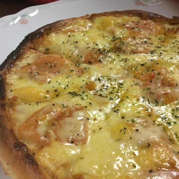 トマトとベーコンのガーリックピザ