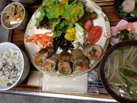 週替わりプレートランチ(メイン、雑穀ご飯、味噌汁の他元気になる副菜が色々ついた週替わりプレート