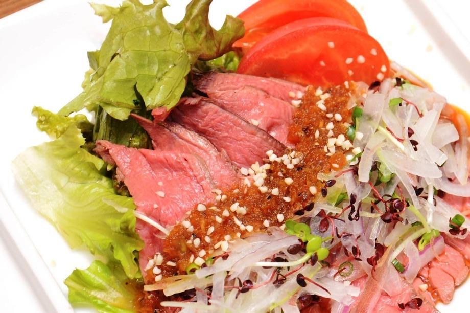 香味野菜のローストビーフ巻チリ酢掛け