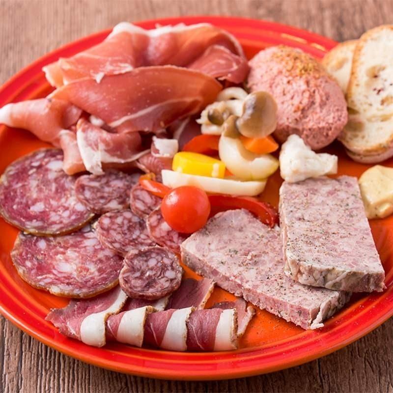 marcnoirのおまかせお肉の盛り合わせ(パテドカンパーニュ、内臓チキンロール、自家製鴨の生ハムetc)(400円~ ou 1,000円~)