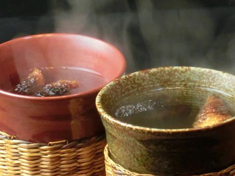 【ふぐのひれ酒】  自慢の自家製ふぐひれを使用、香ばしい香りとひれのうま味をお楽しみください。一年中楽しめます。