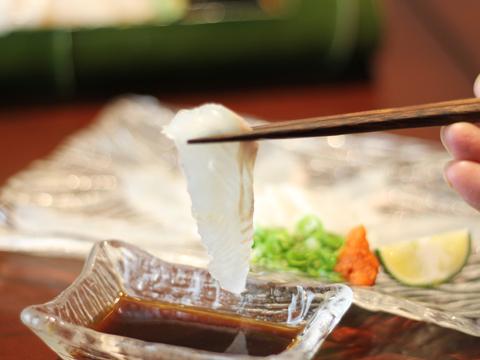 【平目のうす造り】 プリップリな身の平目をうす造りを自家製ポン酢でどうぞ。