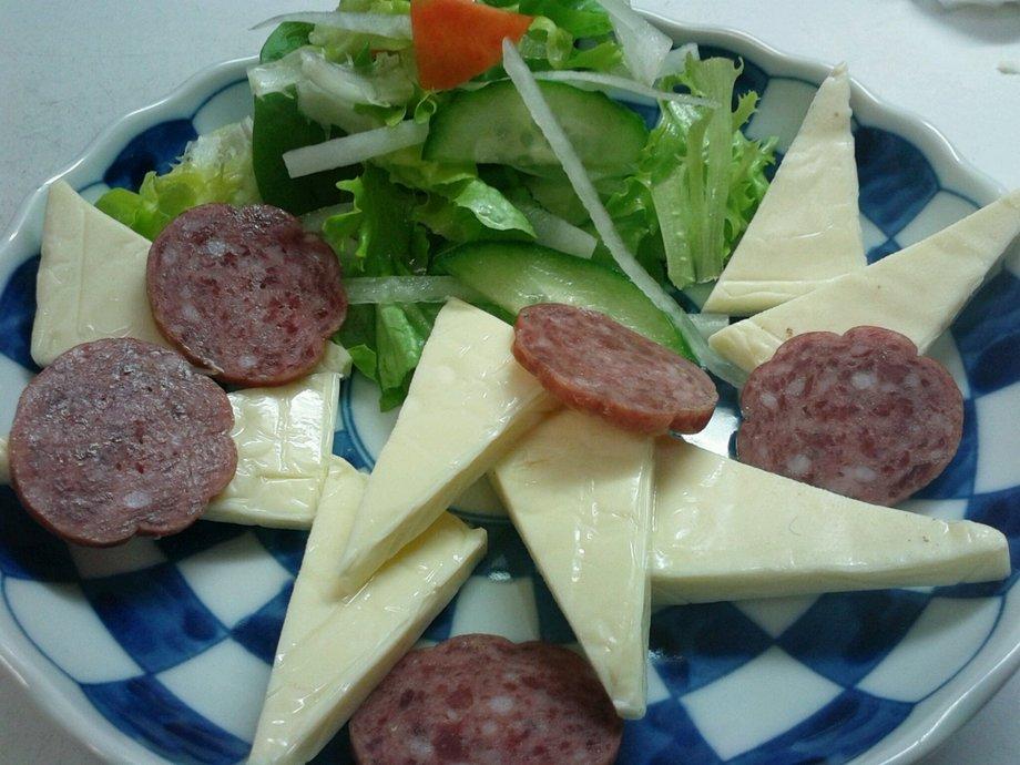 ちょっと 箸休め サラミとチーズの盛り合わせ(390円)