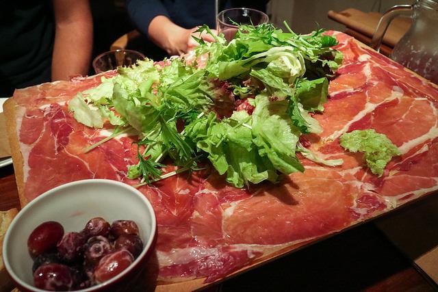 元祖!イタリア産&スペイン産 生ハムとサラミのてんこ盛り(regular:1,380yen、half:880yen +で野菜トッピング♪)