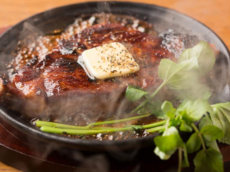 熟成肉鉄板ステーキ(890円)