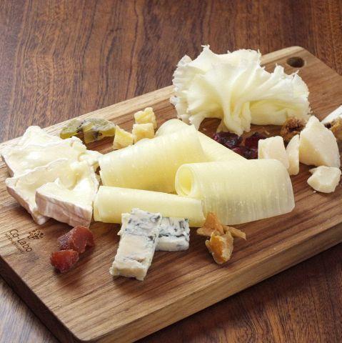 5種類のチーズ盛り合わせ(1500円)