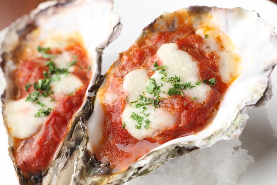 牡蠣のトマトチーズ焼き( (2piece)500円 (税抜))