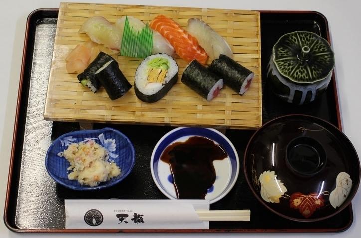 ランチ:寿司定食(900円)