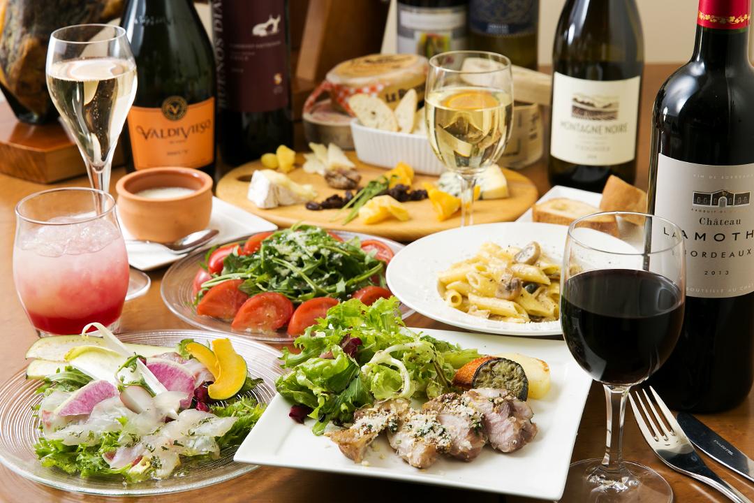チキンとお野菜の旨味が詰まったオーブン焼き チーズとバルサミコのソース、季節野菜のガーデンサラダ、もちろん世界のチーズ盛り合せ、季節のパスタも!全7品☆スパークリングワインもある2時間飲み放題付き!パーティープラン
