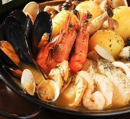 飲み放題付き スペインの魚介鍋「サルスエラ コース」 魚介の旨みのスープで食べつくすオススメのスペイン鍋です。