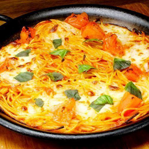 チェリートマトとモッツァレラチーズの焼きパスタ