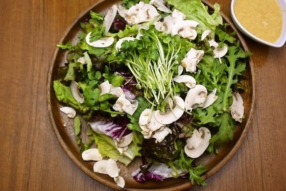 食堂の大盛りサラダ