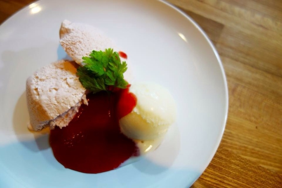 苺のムース バニラアイス添え(550)