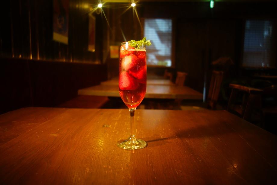 イチゴが5個入った、苺梅酒スパークリング