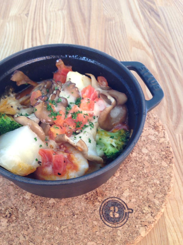 イカと野菜のトマトチーズ煮込み パン2枚付(920)