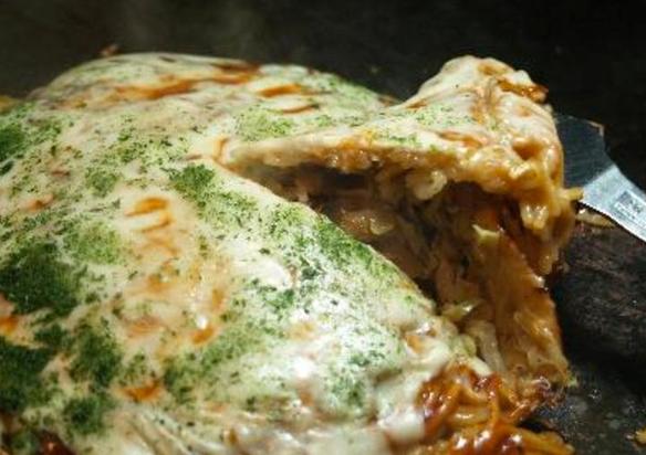 広島流お好み焼き チーズスペシャル   もち、チーズ入りの肉玉そばはソースと相性が良し!