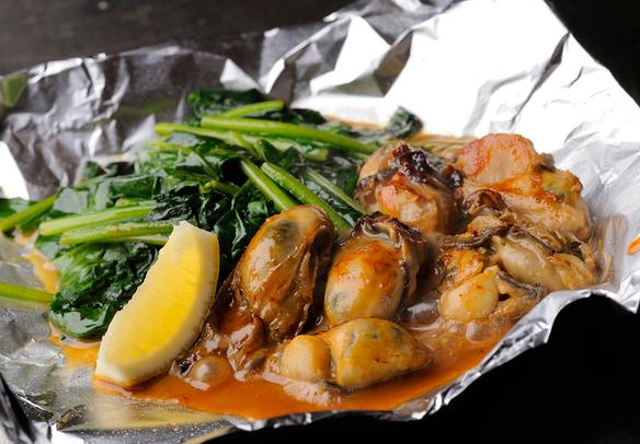 牡蠣バター   鉄板で絶妙なタイミングで調理。バターとの相性が非常によく、ミルキーでプリプリとした食感と味わえます。