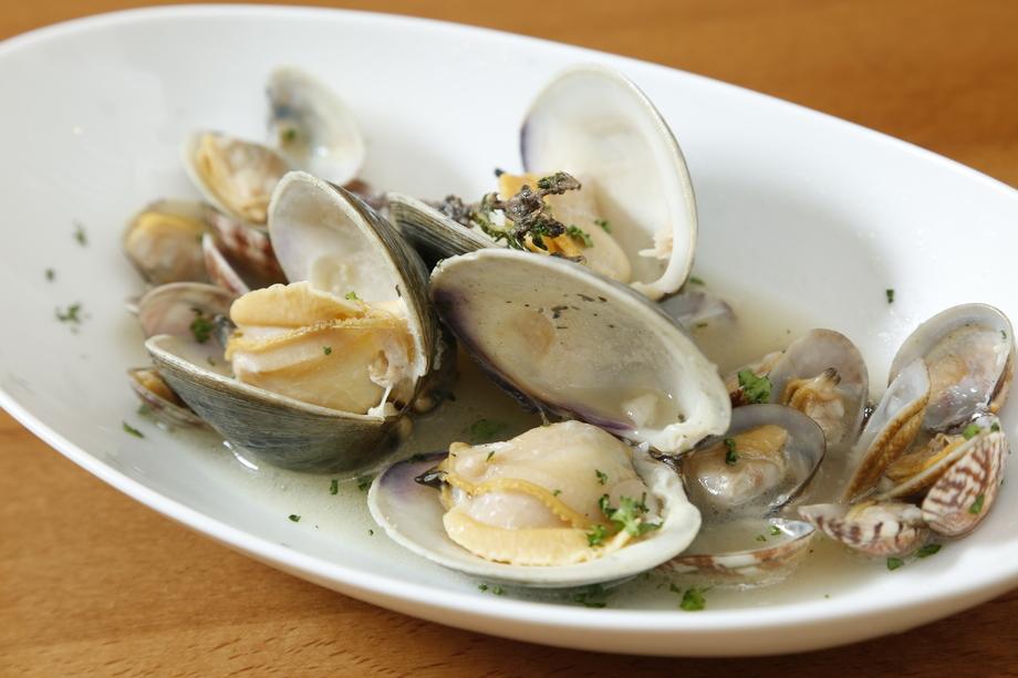 白蛤とアサリの白ワイン蒸し(980円)