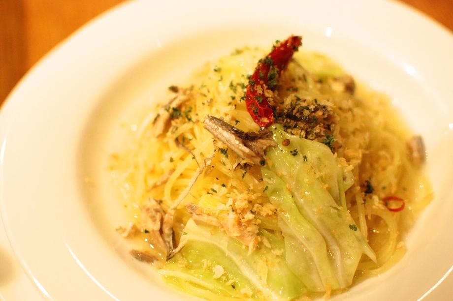 オイルサーディンと新鮮キャベツのペペロンチーノ〜香草パン粉で〜(¥850)