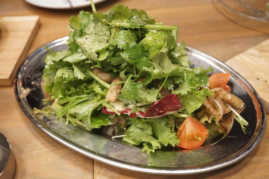お肉とパクチーたっぷり 煮ジルサラダ