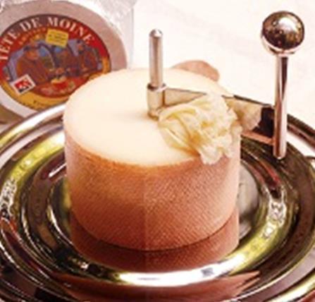 テット ド モアンヌ (花びらのように削るチーズ)(600円)