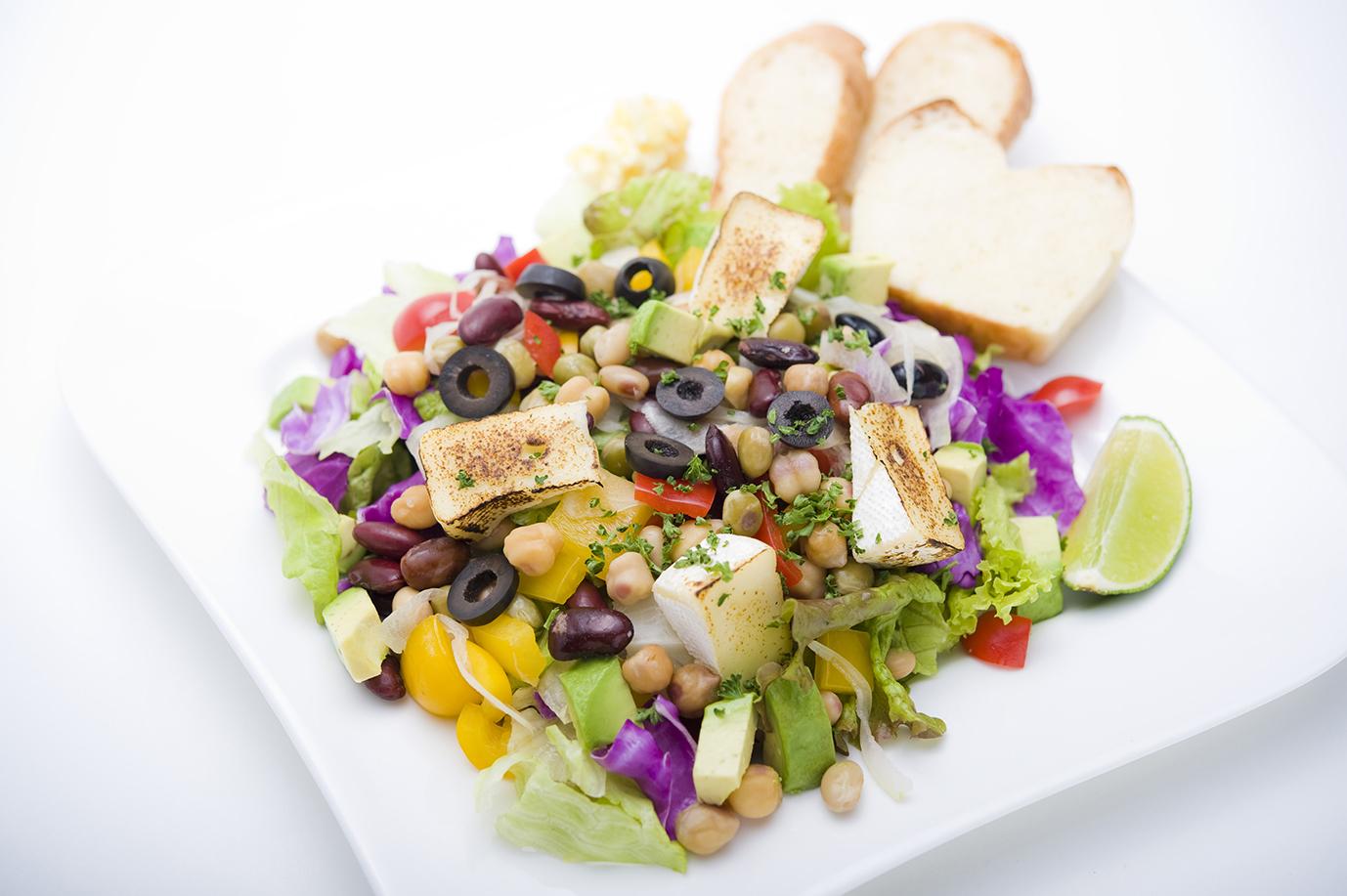 ビーンズサラダ 焼きカマンベールチーズのせ Beans Salad with heated camembert cheese