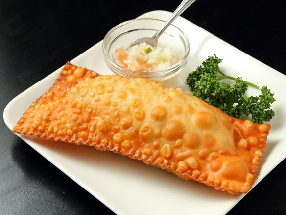『パステル』 (ひき肉&チーズ) パリパリした生地の中にひき肉とチーズが入った、ブラジルの揚げ物料理です。