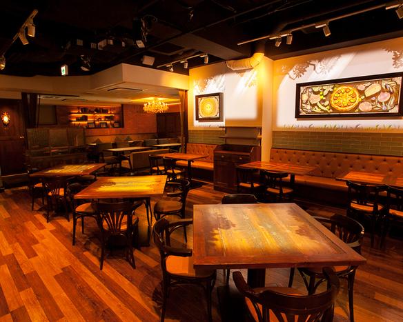 《ファヴェッタの魔法が店内を彩る》 中央テーブル席