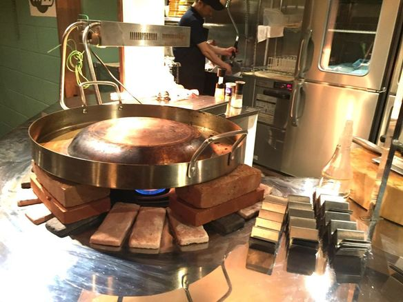 メキシコの屋台を再現!絶品タコス! 本場メキシコの屋台で使われる丸い凸状の鉄板『コマル』を日本初導入!! コマルの上で手作りのコーントルティーヤや具材の肉を焼き、その場でタコスを作ります!!